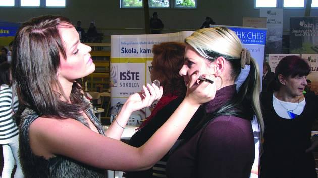 LÍČENÍ od kosmetiček  je jen jedním z lákadel, která výstava škol skýtá. Tradičním pořadatelem výstav pro ostatní střední školy v regionu Karlovarského kraje je ISŠTE Sokolov.