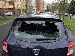 Vandalové poničili několik aut.