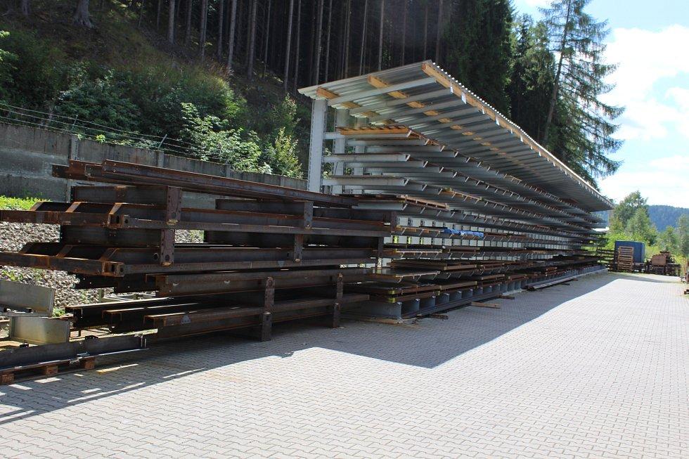 PBS postavila 46 metrů dlouhý regál na skladování plechů.