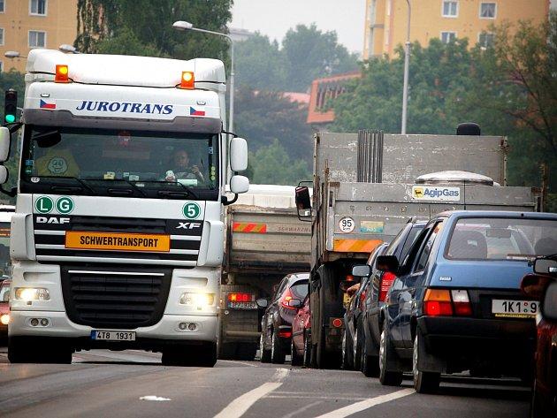 Kolona aut v Sokolově, Kraslické ulici