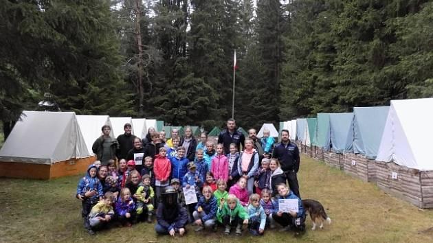 Policisté navštívili děti na táboře.