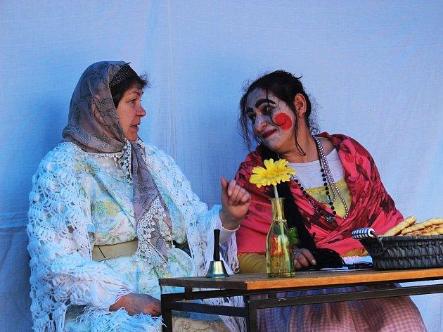 Zatím posledním vystoupením Kroupat byla modernější verze Mrazíka. Na snímku Dana Suchánková (vlevo) a Žaneta Štefanová.