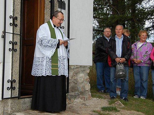 Farář Majkov před kapličkou