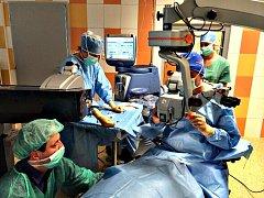 MAKULÁRNÍ centrum v sokolovské nemocnici, které provádí speciální léčbu nitrooční aplikací biologické léčby. Probíhá ambulantně a pacienti už nemusejí za léčbou cestovat do jiných krajů .