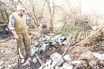 TADY bývala louka, ukazuje šenvertský obyvatel Milan Tomášek. Dnes prostor zarostl plevelem a bezohlední občané sem navážejí nepořádek všeho druhu.