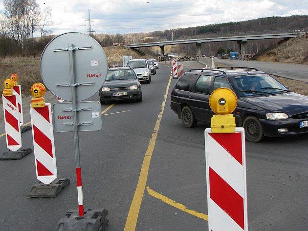 V TĚCHTO MÍSTECH jízda po silnici I/6 končí. Kvůli kompletnímu uzavření a opravě mostu přes řeku Ohři se musejí motoristé napojit na objížďku, která vede přes Sokolov.