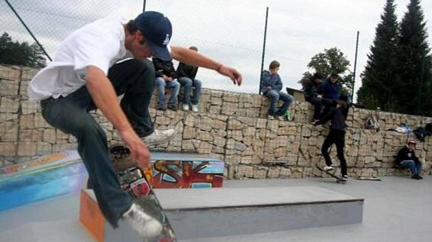 BETONOVÝ skatepark v Kynšperku si jezdci pochvalují.