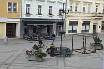 Montáž nových laviček na Starém náměstí v Sokolově