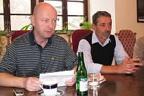 Loketská radnice svolala tiskovou konferenci, aby vyjádřila svoji snahu bojovat za zachování zdejší průmyslové školy. Své argumenty přednesli zastupitel Petr Zahradníček a starosta Jaroslav Hlavsa (zleva).