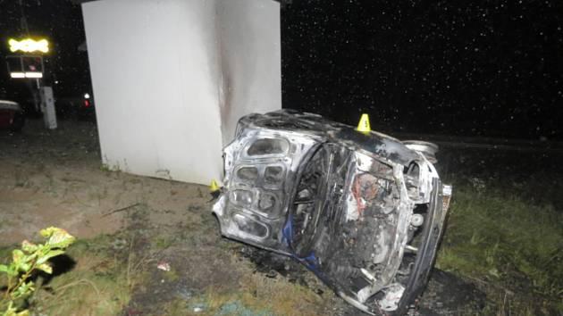 Auto havarovalo u železnice, pak začalo hořet.