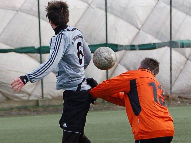 Zimní turnaj Baníku Sokolov: FC Tirschenreuth - Baník Vintířov (v oranžovém)