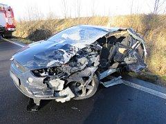 Řidička dostala na kluzké vozovce smyk a narazila do náklaďáku.