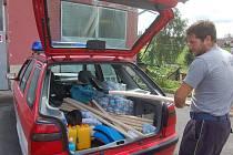 HUMANITÁRNÍ pomoc míří z Rotavy do oblastí, které postihly povodně. Na snímku velitel rotavských hasičů Martin Elíz nakládá věci do služebního vozu.