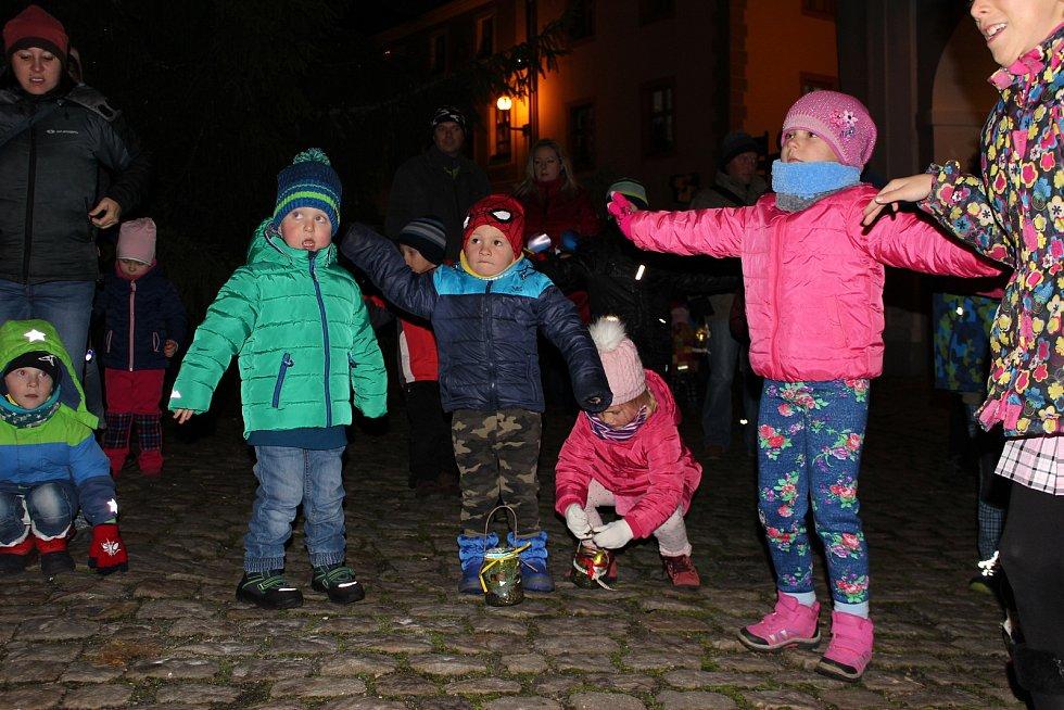 O víkendu pořádal Loketský dráček Uspávání broučků i s lampionovým průvodem.