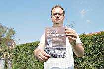 AUTOR Vladimír Bružeňák se svojí knihou.