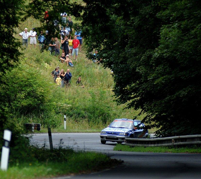 PO SILNICI Bečov - Krásno se dřív jezdilo rallye. Teď tam auta několik týdnů vůbec neprojedou.