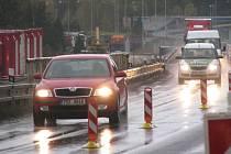 K MOSTU přes řeku Ohři u Sokolova se přiblížila výstavba rychlostní silnice R6. Motoristé by tak zde měli projíždět se zvýšenou opatrností.