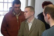 OBŽALOVANÝ Petr Vaníček (ve světlém obleku) diskutuje na chodbě sokolovského soudu se svými známými.
