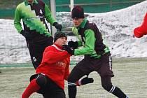Zimní turnaj FK Baník Sokolov: Spartak Chodov (v červeném) - Baník Vintířov