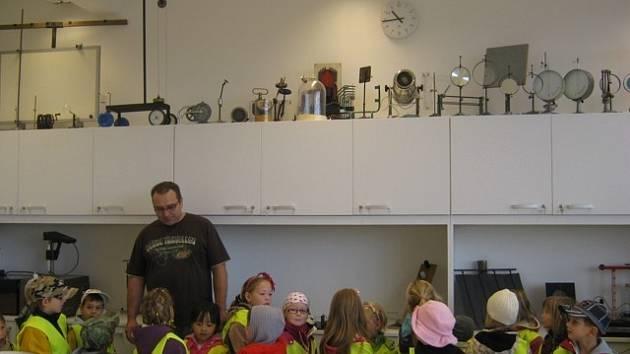 Zaměstnanci ISŠTE v Sokolově ochotně odpovídali malým předškolákům na jejich zvídavé dotazy