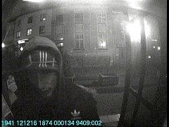 POLICISTÉ pátrají po muži na snímku, který se pokusil vybrat z nalezené platební karty peníze.To se mu však nepodařilo, protože zadal několikrát špatný PIN kód. Teď mu hrozí až dva roky vězení.