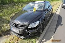 Mladý řidič usnul za volantem a narazil do víka kanálu.