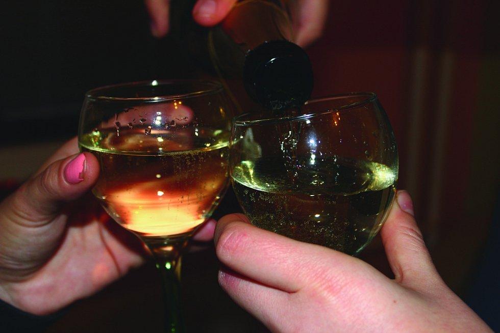 ALKOHOL tekl na Silvestra proudem. K podnapilým tak přes noc vyjížděla záchranka i policie.