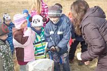 U ZÁKLADNÍHO kamene školky Pampeliška se děti s nadšením střídaly. Na stěhování ze staré, nevyhovující budovy už se moc těší.