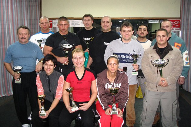 Zúčastnění siláci 5. ročníku Velké ceny Sokolova v benči.