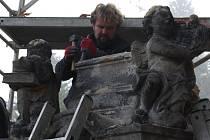 Restaurátor připravuje podklad, na který se poté vrátila socha sv. Jana Nepomuckého