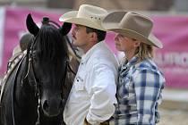 MANŽELÉ Alena a Ladislav Buriankovi na své farmě v Rudolci, kde chovají dobytek a cvičí koně.