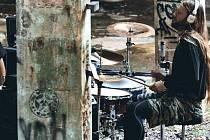 SNÍMEK z natáčení videoklipu kraslické metalové formace Object ve staré továrně.