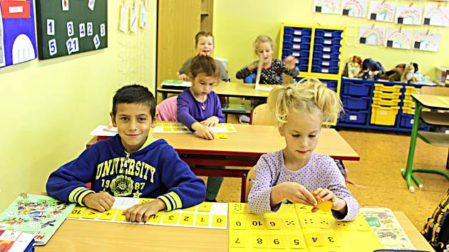 ZÁKLADNÍ škole v Dukelské ulici se uleví. Žáci potřebují nové třídy, aby se nemuseli o přestávkách přesouvat. Radnice počítá s investicí sto milionů korun.