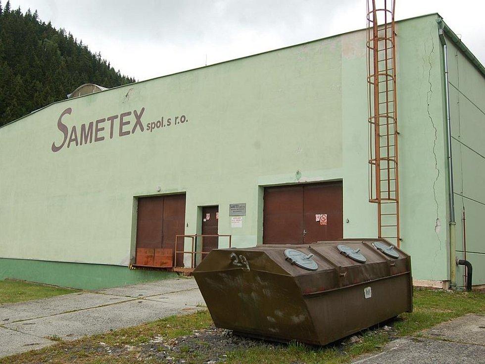 Sametex má v Kraslicích dva závody. Na snímku výrobna ve směru na Stříbrnou.