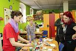Organizátoři Milan Beran a Jitka Červenková si prohlédli v doprovodu ředitelky Věry Bráborcové sociálně terapeutické dílny v Chodově.