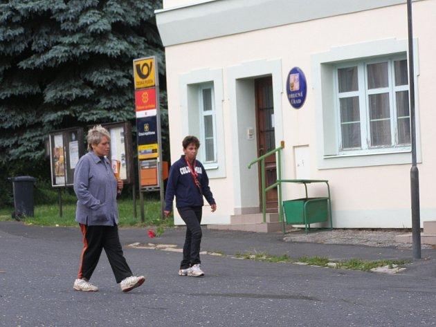 VOLEBNÍ KAMPAŇ. Fotografie zachycuje pracovnice Obecního úřadu v Chlumu Svaté Maří, jak roznášejí volební letáky. Ty prý nedostaly od zastupitelů, ale v místní restauraci Oáza.