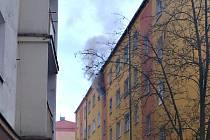 V Sokolově hořel panelák v centru, škoda je milion korun.