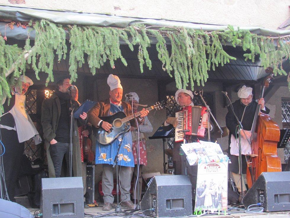Na nádvoří zazpívala skupina Třehusk.
