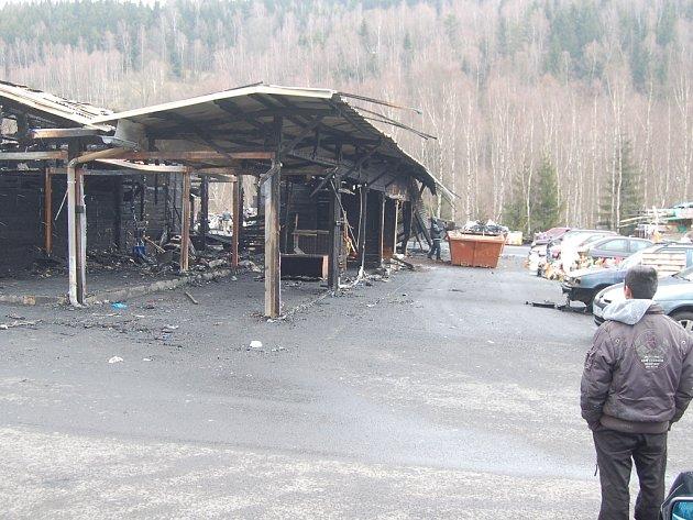 Tržnice v Hraničné u Kraslic po ničivém požáru.