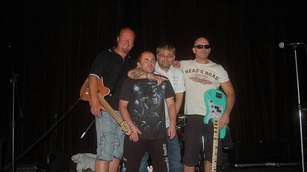 NOVOU HUDEBNÍ formaci tvoří členové Petr Znamenáček, Emil Korčík, Milan Balog a Petr Danz. Poprvé se veřejnosti představí při olovském rockfestu.