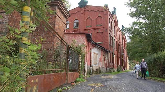 HISTORICKÁ továrna se stala terčem nájezdů zlodějů. Mizí z ní kovové části, které zřejmě končí ve sběrnách surovin.