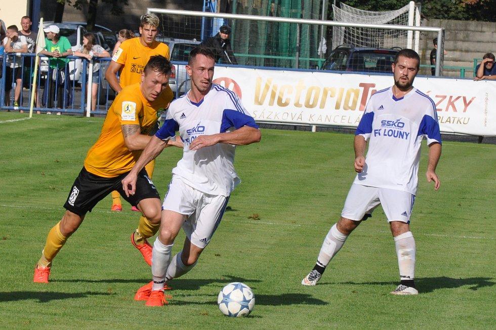 Fotbalisté Loun (v bílém) v prvním kole poháru prohráli se Sokolovem 0:7.
