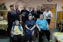 V rámci projektu Ježíškova vnoučata udělala  Radka Bárová radost dvěma seniorkám a dechovkou i ostatním obyvatelům domova pro seniory.