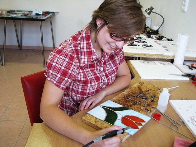 Markéta Petričáková se zabývá uměleckým zpracováním skla. Vyrábí závěsné dekorace, šperky či barevné vitráže do oken i dveří.
