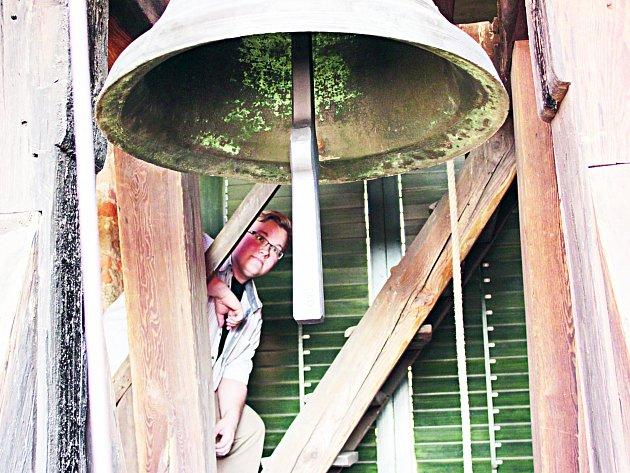 Chodovský historik Miloš Bělohlávek a zvon Jan Vilém ve zvonici kostela sv. Vavřince.