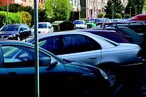 Zaparkovaná auta brání průjezdu hasičů v ulici Jelínkova v Sokolově