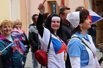 Prvomájový průvod prošel v Lokti ze sídliště ve Sportovní ulici, Nádražní ulicí a po pěší zóně na náměstí.