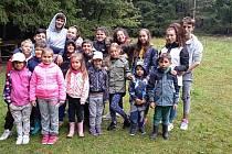 Skupinka vřesovských dětí, které se postaraly o úklid.