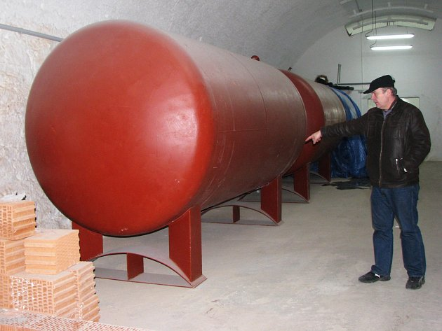 SLÁDEK KYNŠPERSKÉHO PIVOVARU Miroslav Broz ukazuje na zásobníky vody umístěné v prostorách pivovaru.