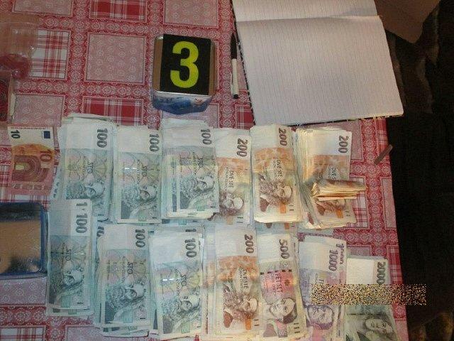 Při domovní prohlídce našla policie množství sušiny marihuany a peníze, které pravděpodobně pochází z prodeje drog.